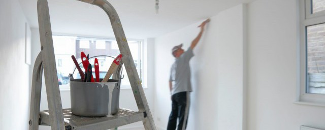 说出使用人字梯的安全注意事项解释,理解关于使用人字梯的安全注意事项